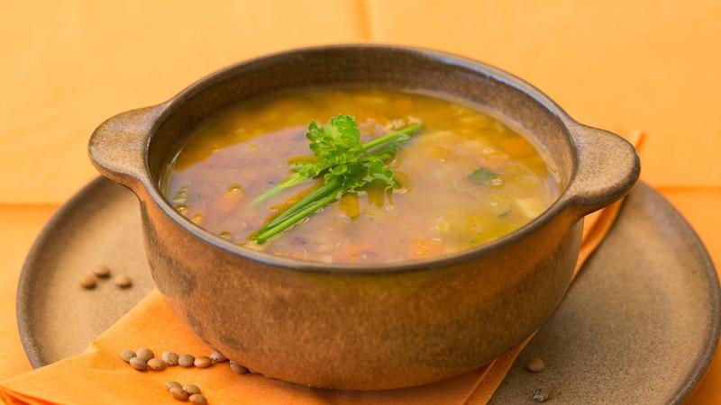 Vegetarsiche Linsensuppe ist nicht nur lecker, sondern lässt sich auch schnell und einfach zubereiten.