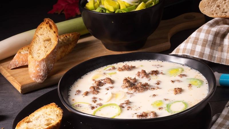 Käse-Lauch-Suppe mit Hackfleisch: So gelingt's