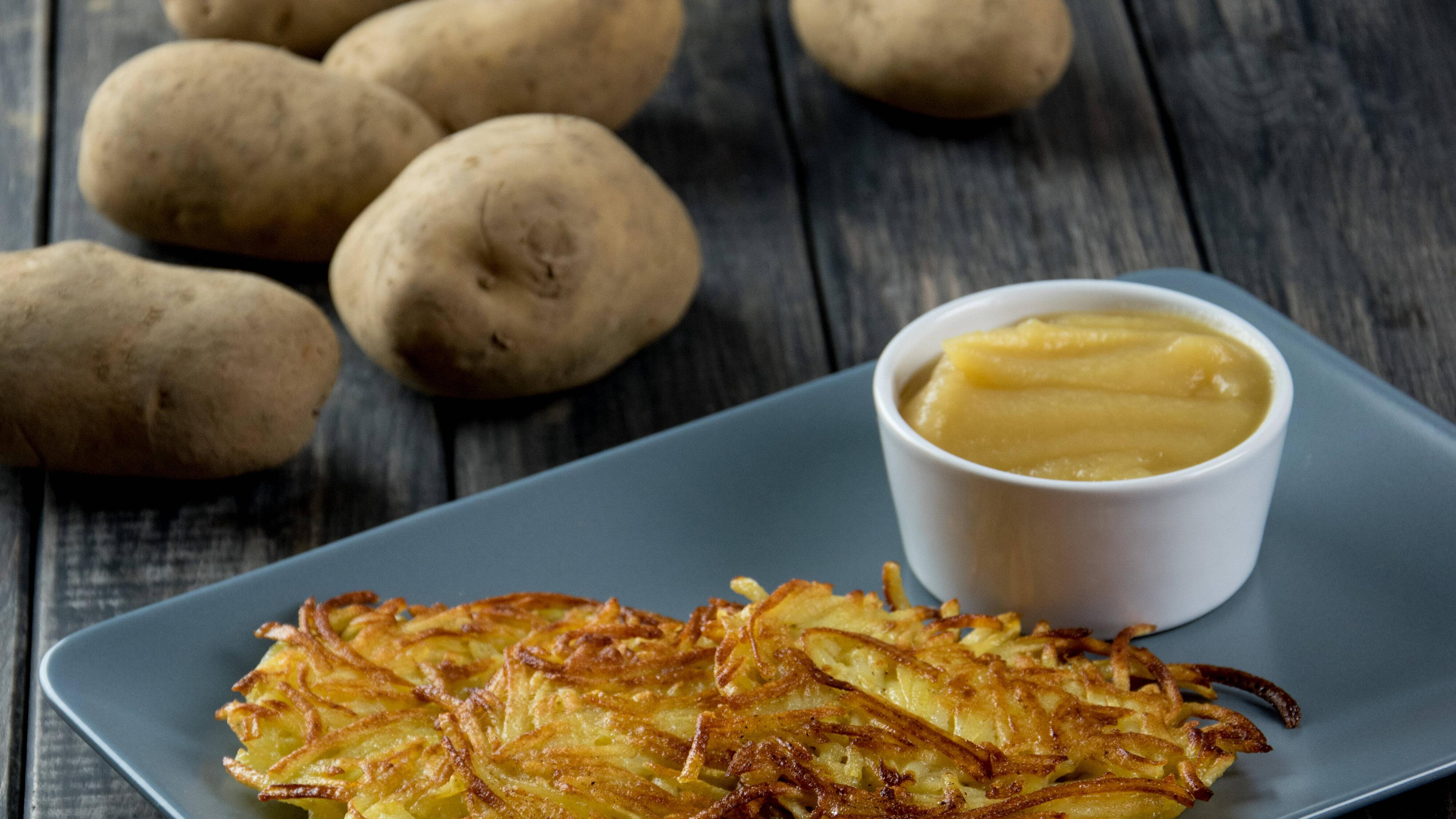 Vegane Kartoffelpuffer ohne Ei schmecken gut mit Apfelmus.