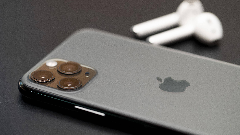Wenn Sie sich zwischen den Galaxy Buds und den AirPods entscheiden müssen, sind Ihre Geräte wichtig. So arbeiten die AirPods mit den iPhones perfekt zusammen.