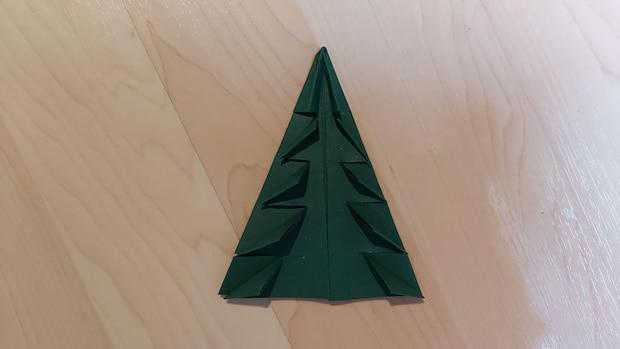 Biegen Sie die Einschnittstellen auf allen Seiten entsprechend um, so dass kleine Dreiecke entstehen.