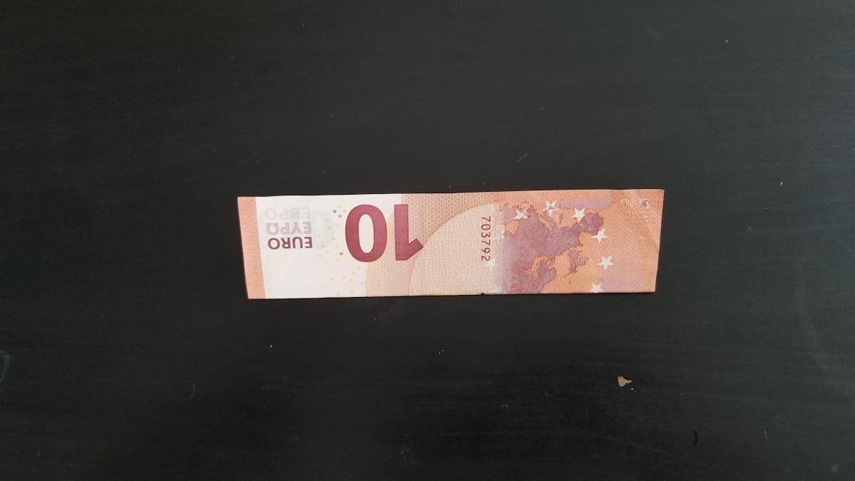 Geldgeschenk im Bilderrahmen verpacken: Falten Sie den Geldschein in der Mitte.