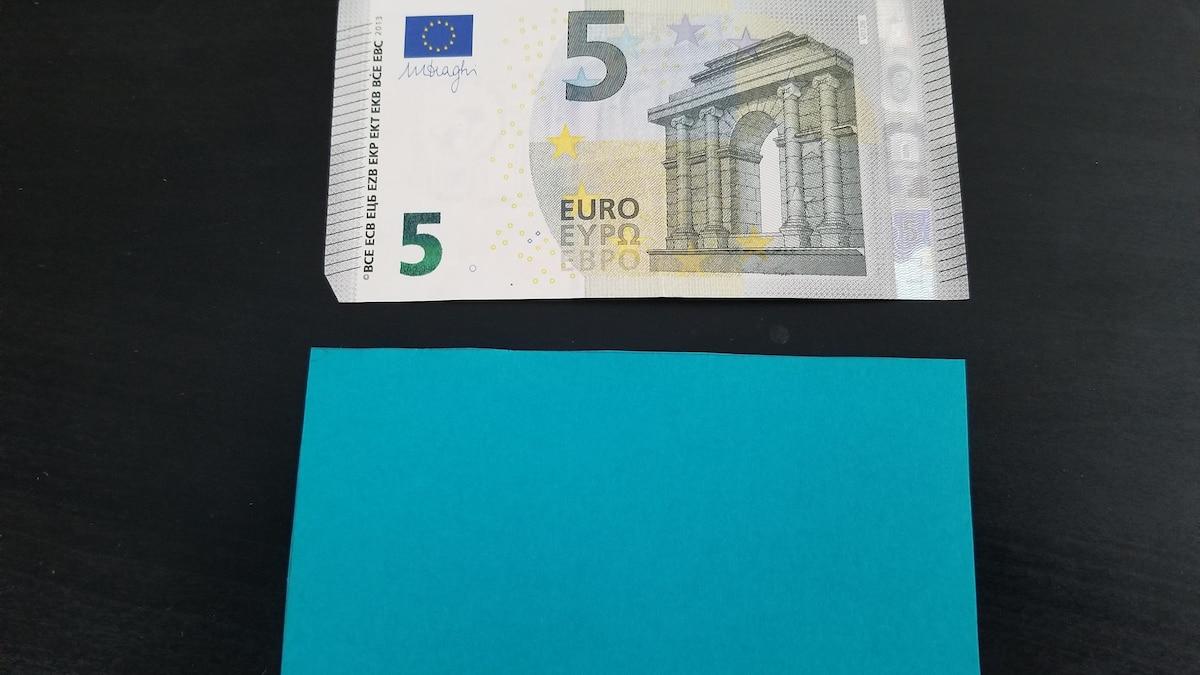 Nehmen Sie ein Stück Tonpapier in einer ähnlichen Farbe wie jene des Geldscheins.