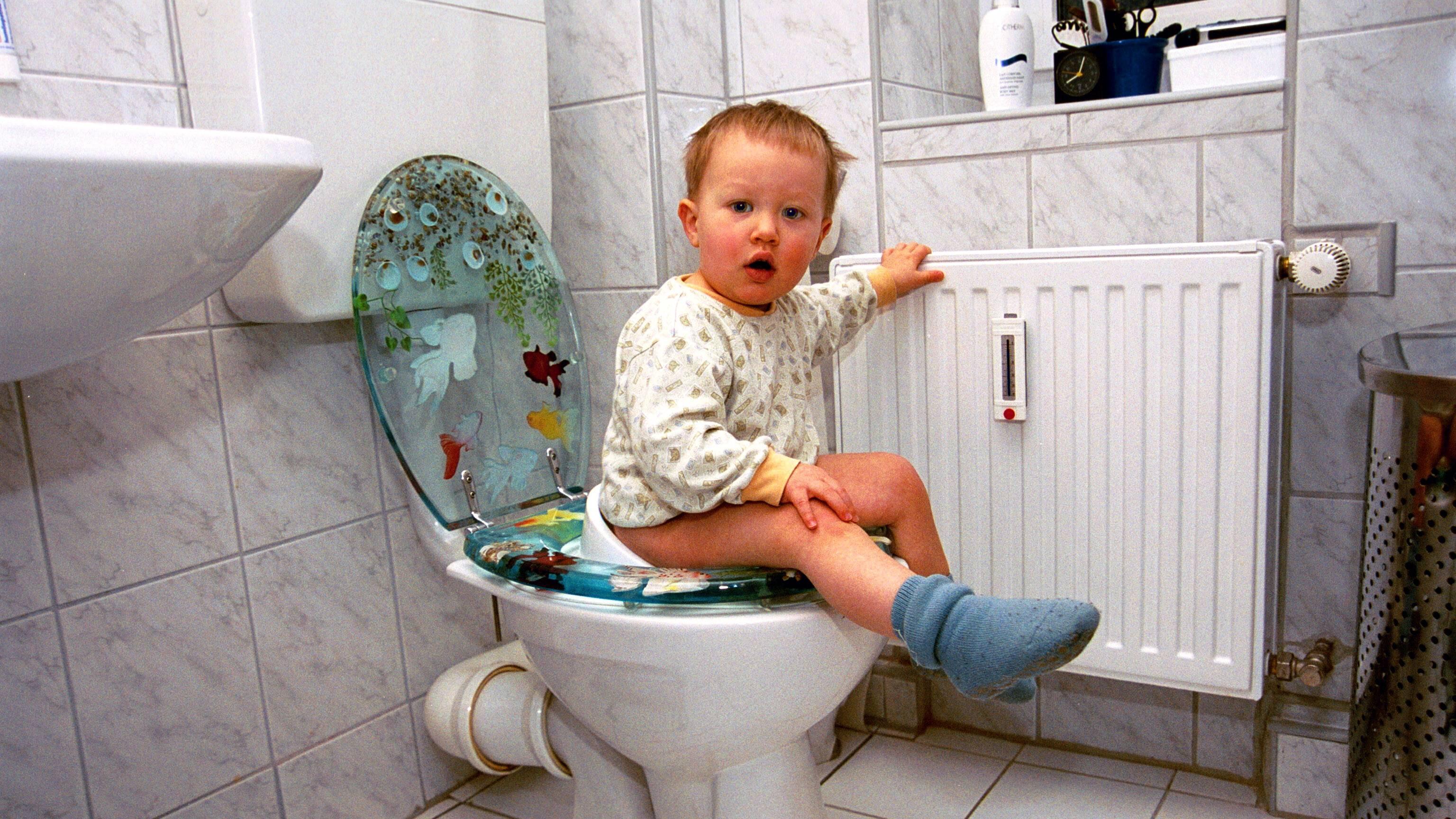 Kind verweigert den Stuhlgang auf der Toilette - das können Sie tun