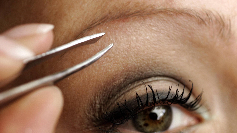 Zu dünn gezupfte Augenbrauen können Sie sowohl mit Microblading als auch der Pudertechnik korrigieren lassen.