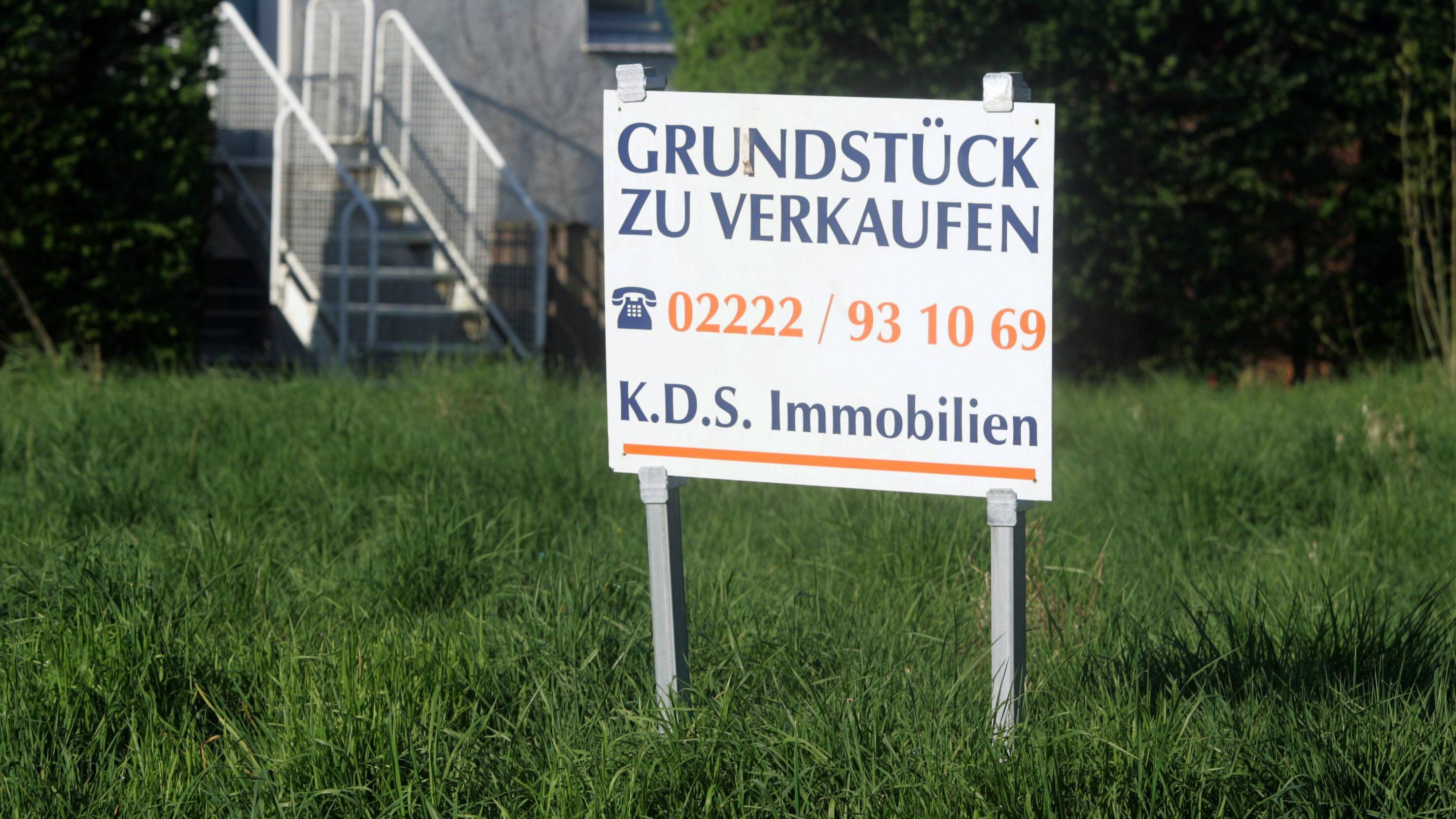Die Frage, wer die Kosten für die Vermessung eines Grundstücks zahlt, sollte am besten vertraglich geregelt werden.