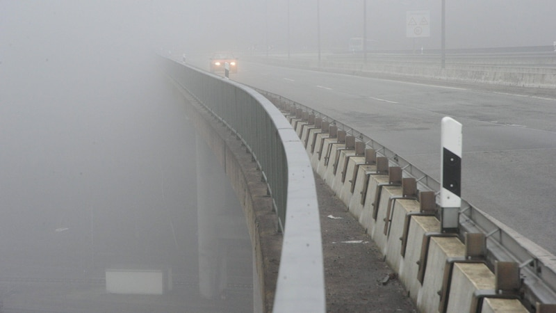 Bei Nebel dürfen Sie die Mindestgeschwindigkeit auf der Autobahn unterschreiten.