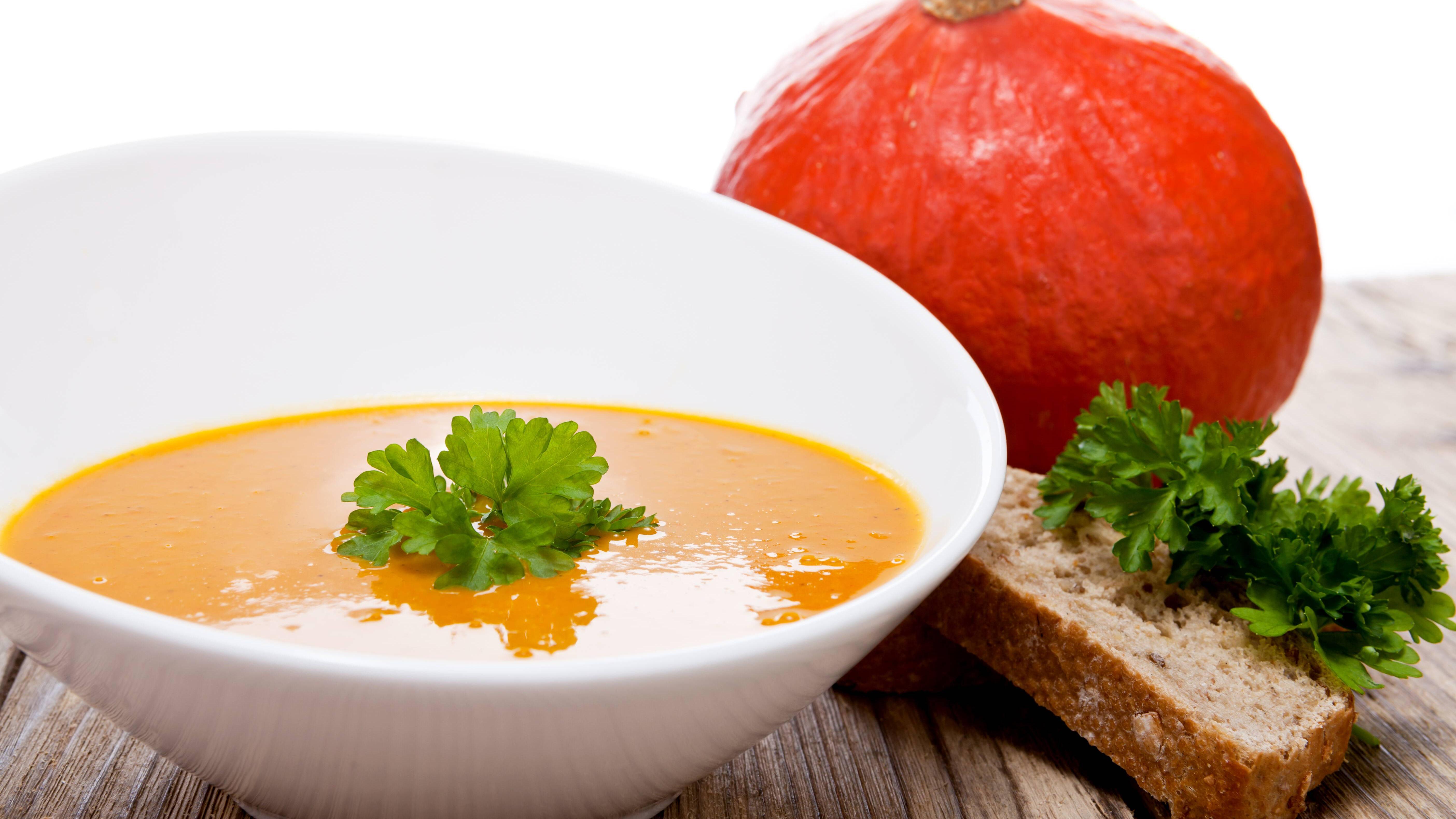 Eine Kürbissuppe mit Ingwer können Sie leicht selber kochen.