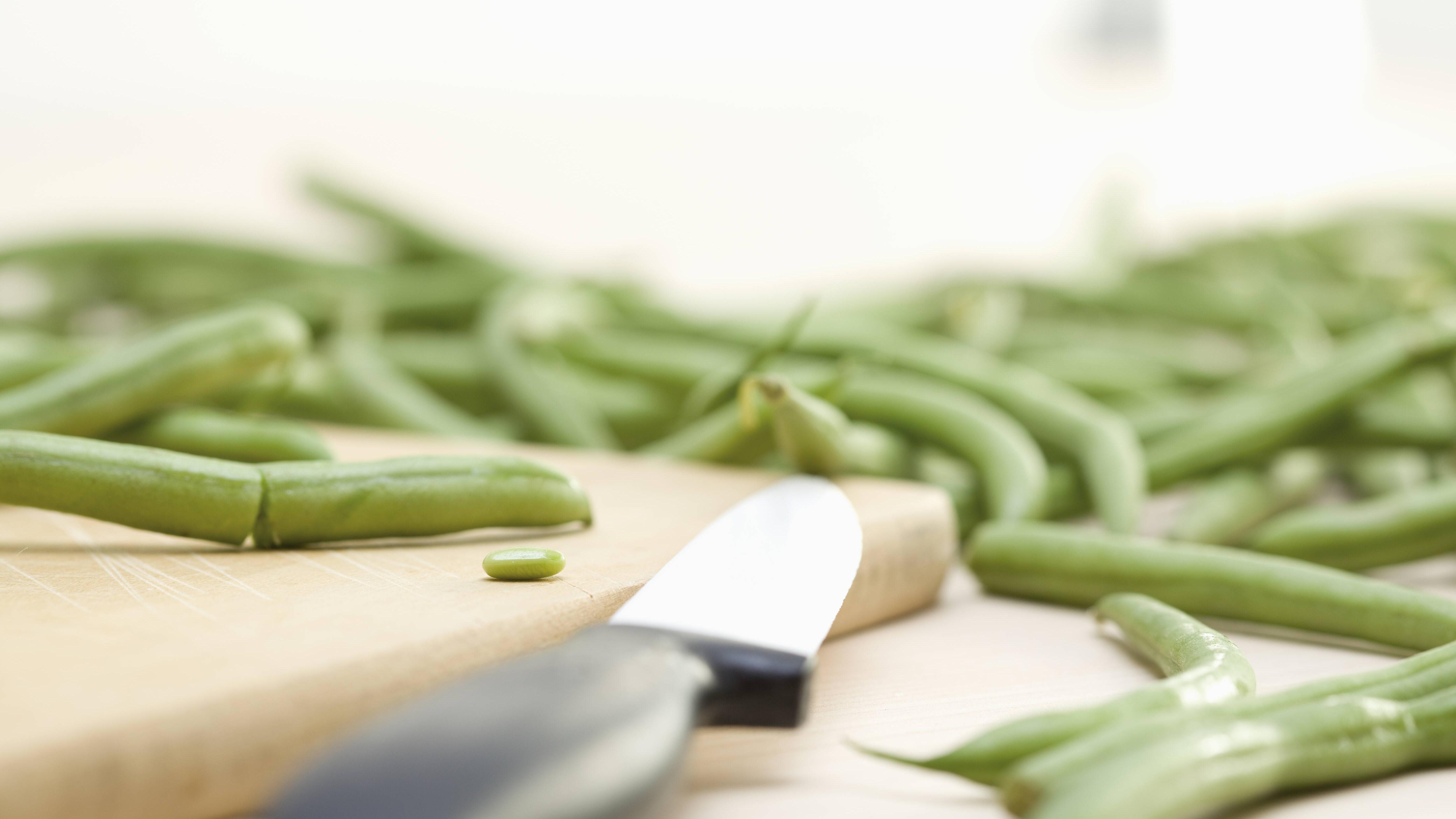 Für das Eintopf-Rezept müssen Sie die grünen Bohnen klein schneiden.