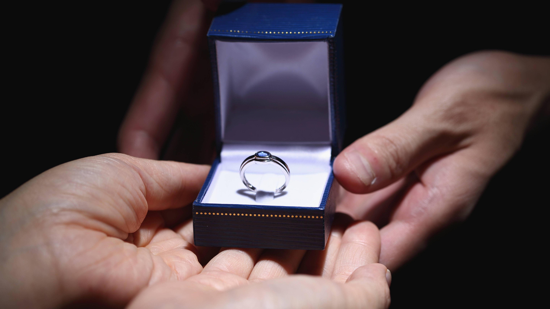 Ob Männer Verlobungsringe tragen: Was Sie darüber wissen sollten