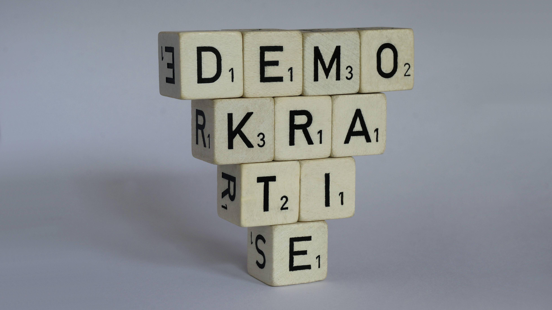 Plebiszitäre Demokratie beschreibt die Mitentscheidung des Volkes bei politischnen Entscheidungen.
