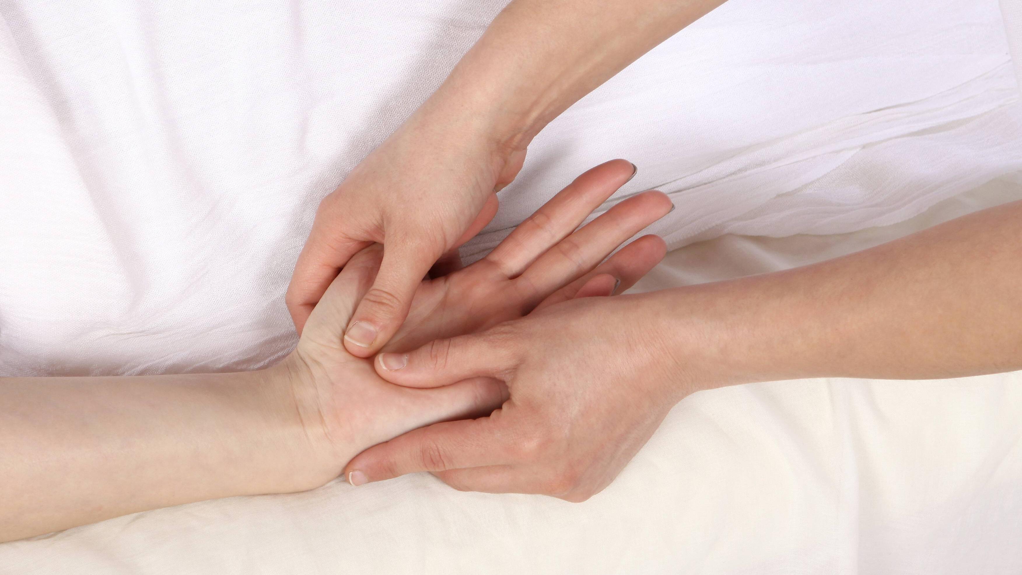 Ein Ganglion sollten Sie nicht selbst massieren - der Arzt entscheidet, ob das nötig ist und führt die Massage dann durch