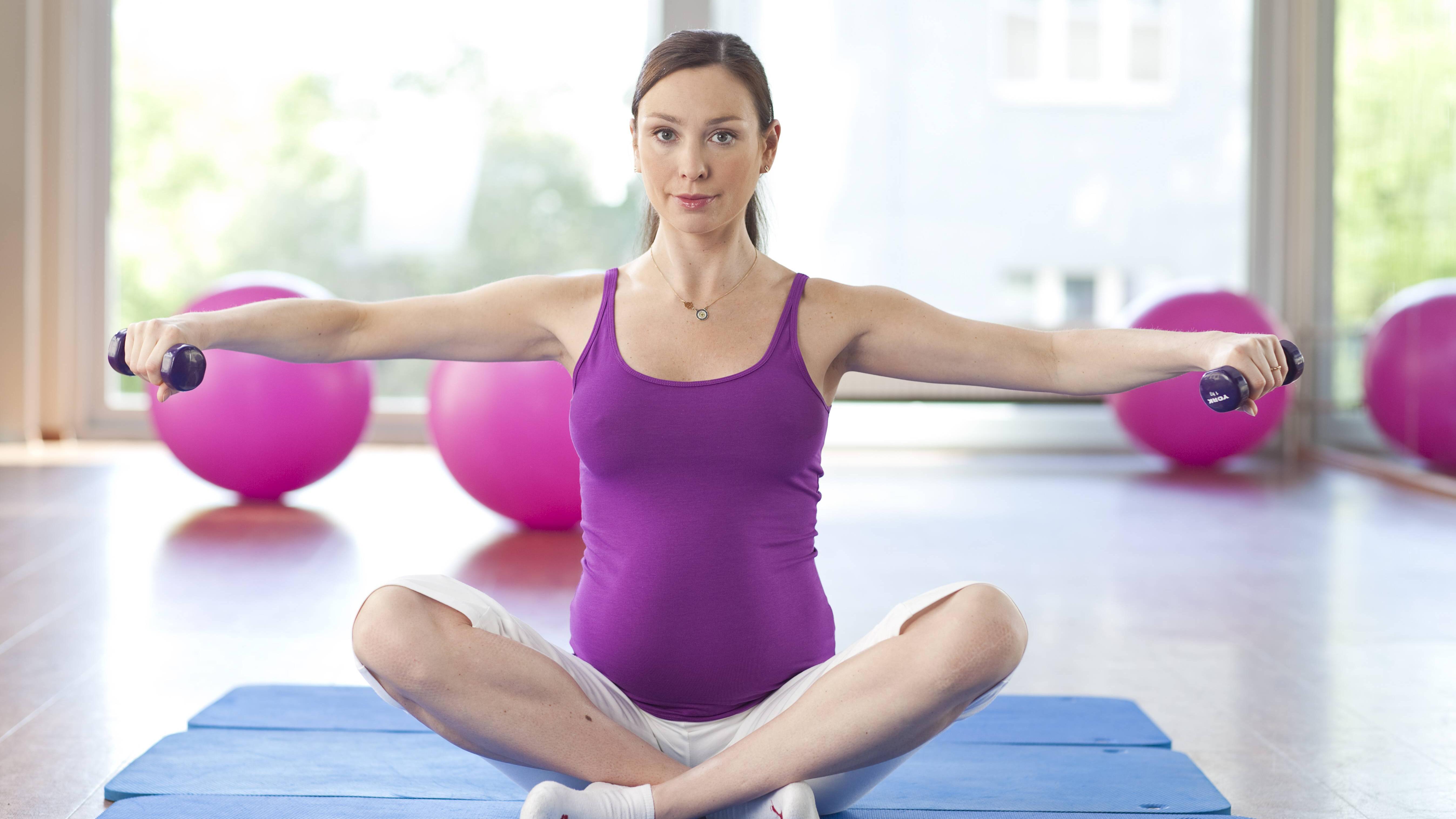 Yoga kann gegen Stress in der Schwangerschaft helfen.