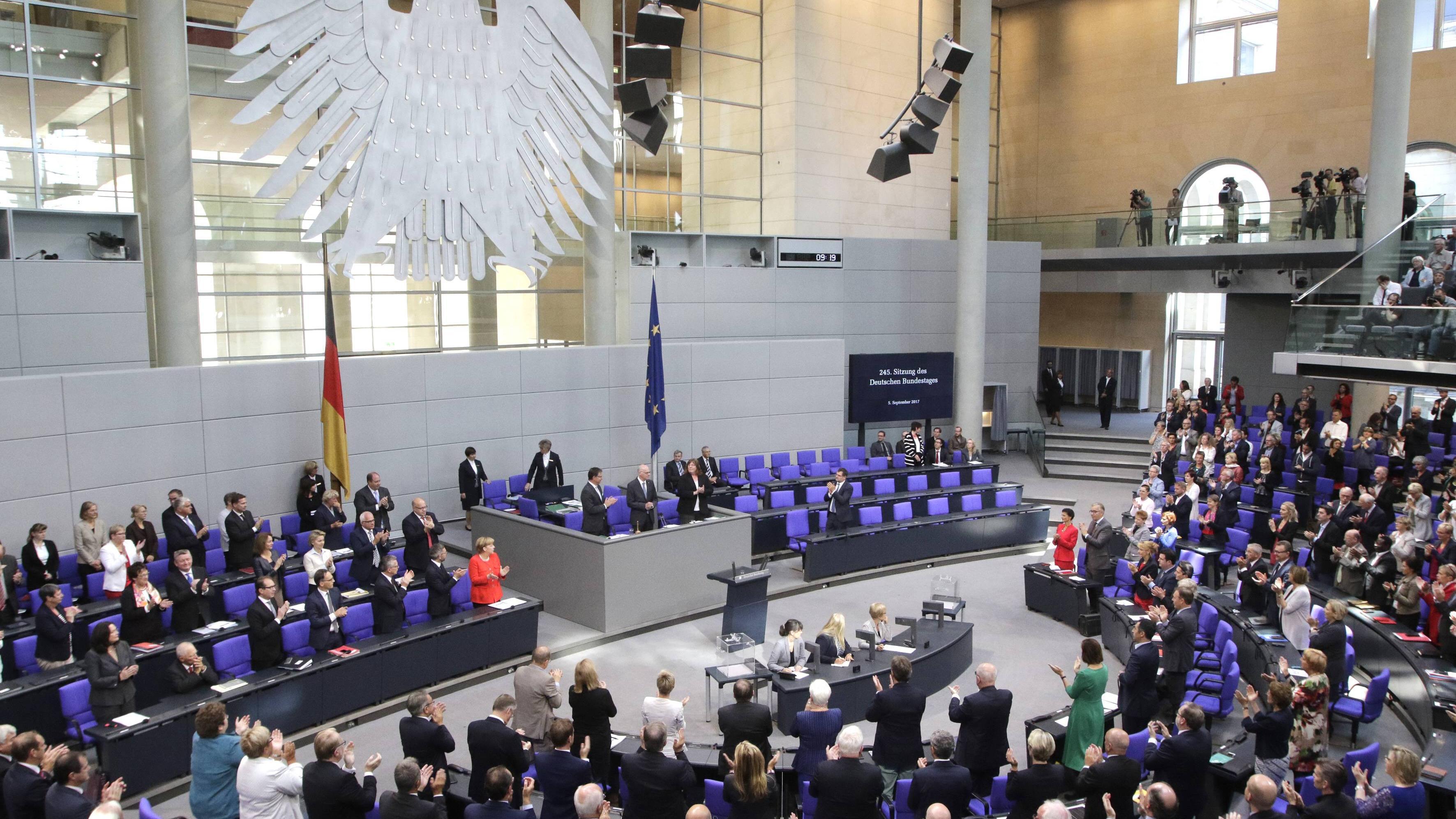 Laut Grundgesetz gibt es in Deutschland keine bundesweiten Volksentscheide, nur in seltenen Ausnahmesituationen wie einer Neugliederung des Bundesgebietes und einer neuen Verfassung. Ansonsten wählen wir Abgeordnete verschiedener Parteien, die unsere Interessen vertreten sollen.
