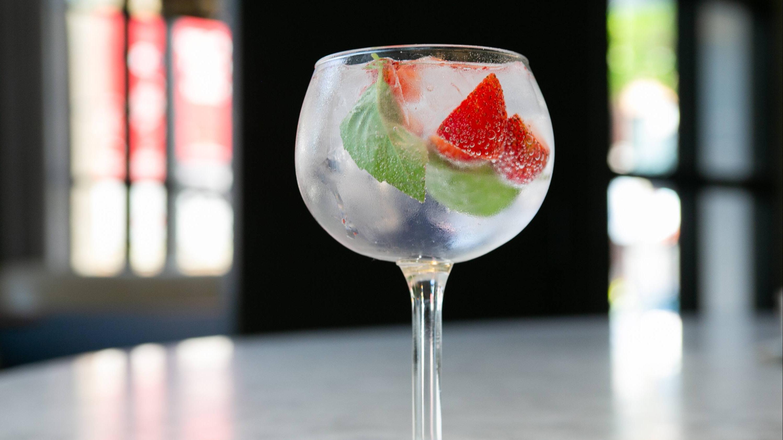 Wir erklären Ihnen, wie Sie Gin richtig trinken
