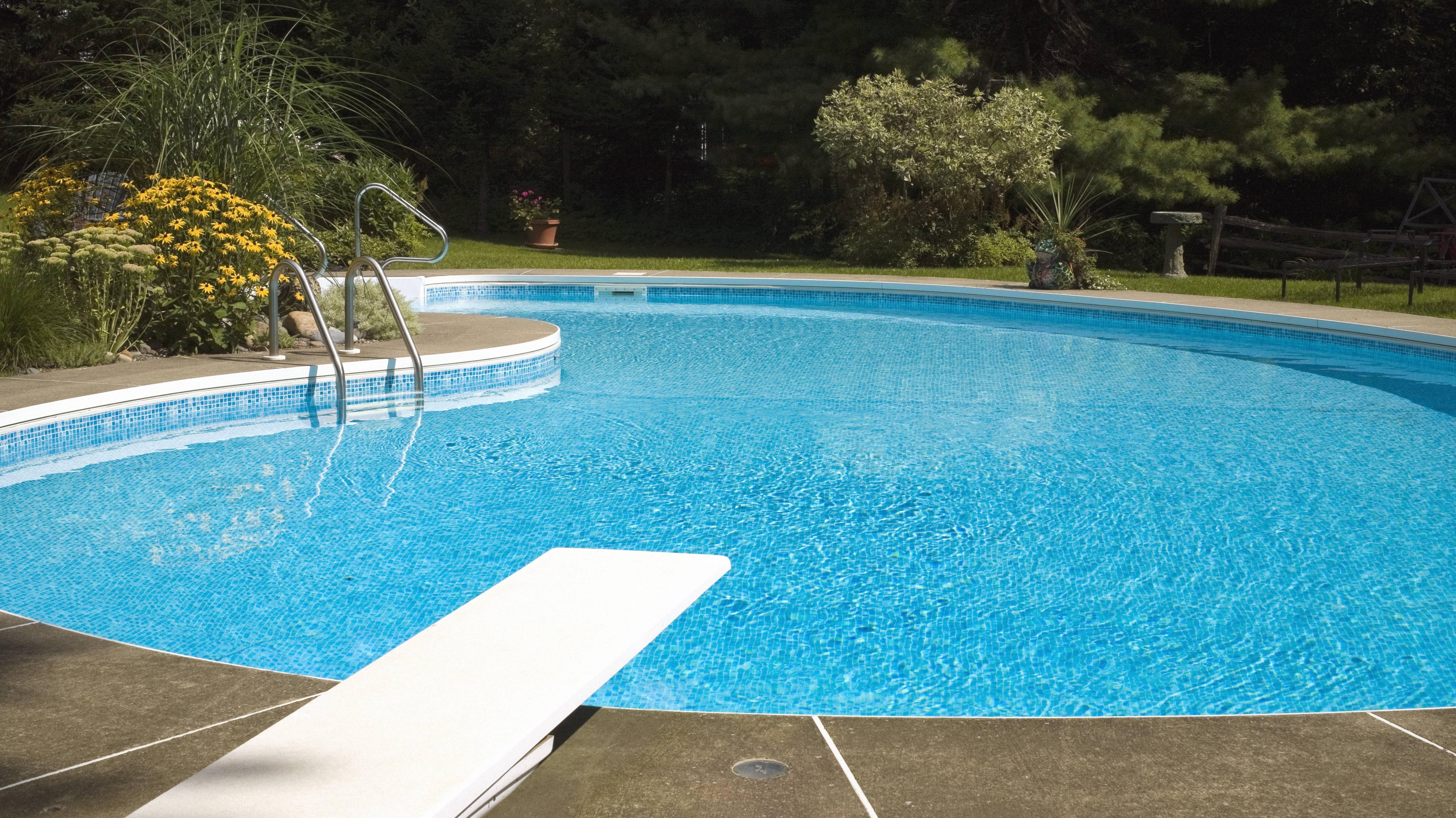 Pool befüllen: Alle Möglichkeiten und Kosten