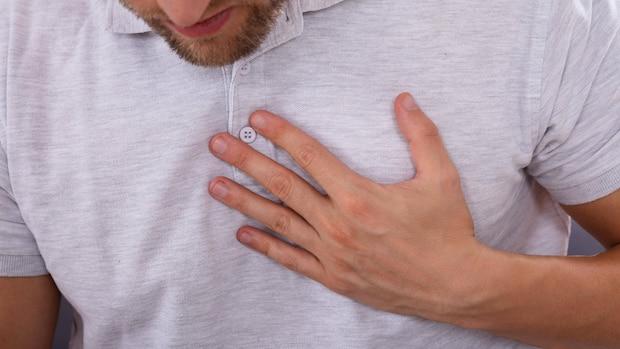 Sodbrennen bedeuten flammende Schmerzen hinter dem Brustbein