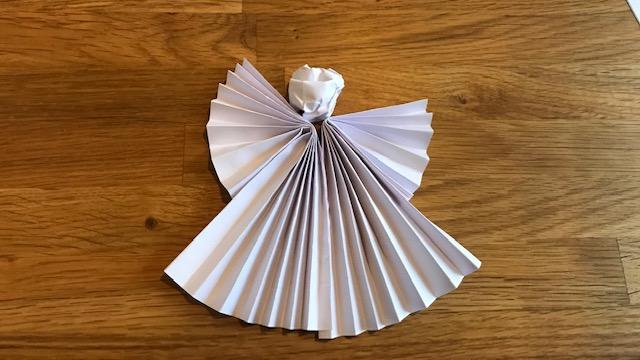 Ob aus weißem oder goldenem Papier: Engel am Weihnachtsbaum sind immer ein Hingucker.