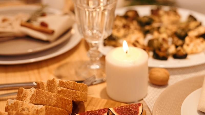 Kerzen sorgen für romantische Stimmung beim Essen zu zweit.