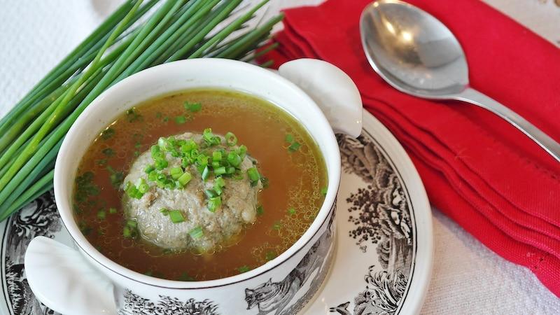 Fond und Brühe können die Grundlage von Suppen oder Soßen sein.