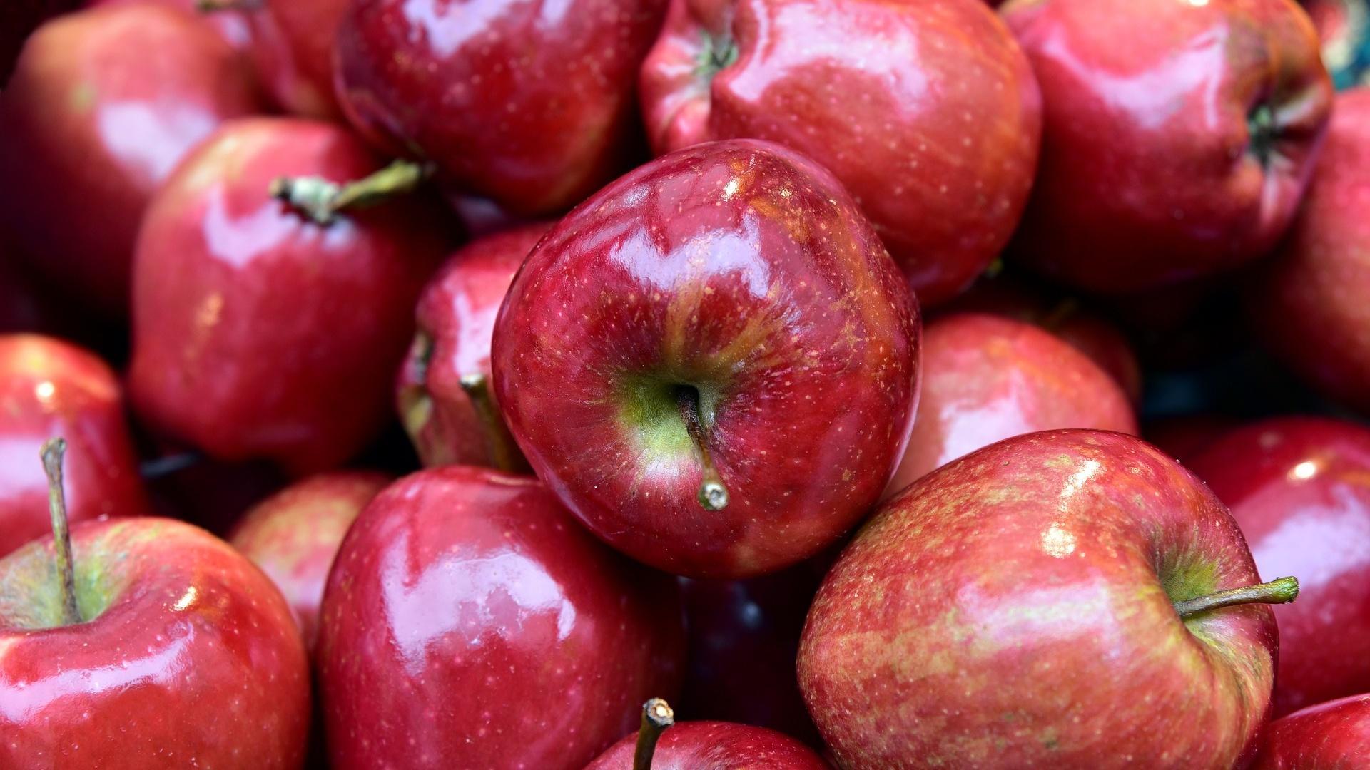 Wenn Sie am Abend Obst essen, nehmen Sie am besten etwas mit wenig Zucker wie Äpfel.