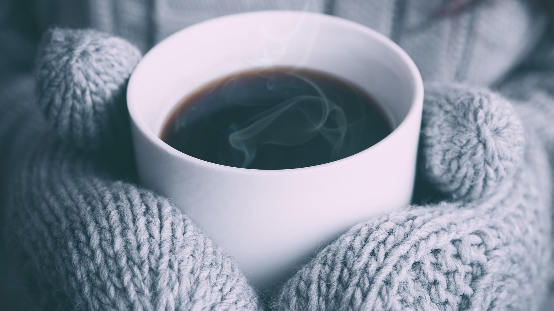 Bei kalten Händen und Füßen helfen zum Beispiel warme Kleidung und die richtigen Schuhe.