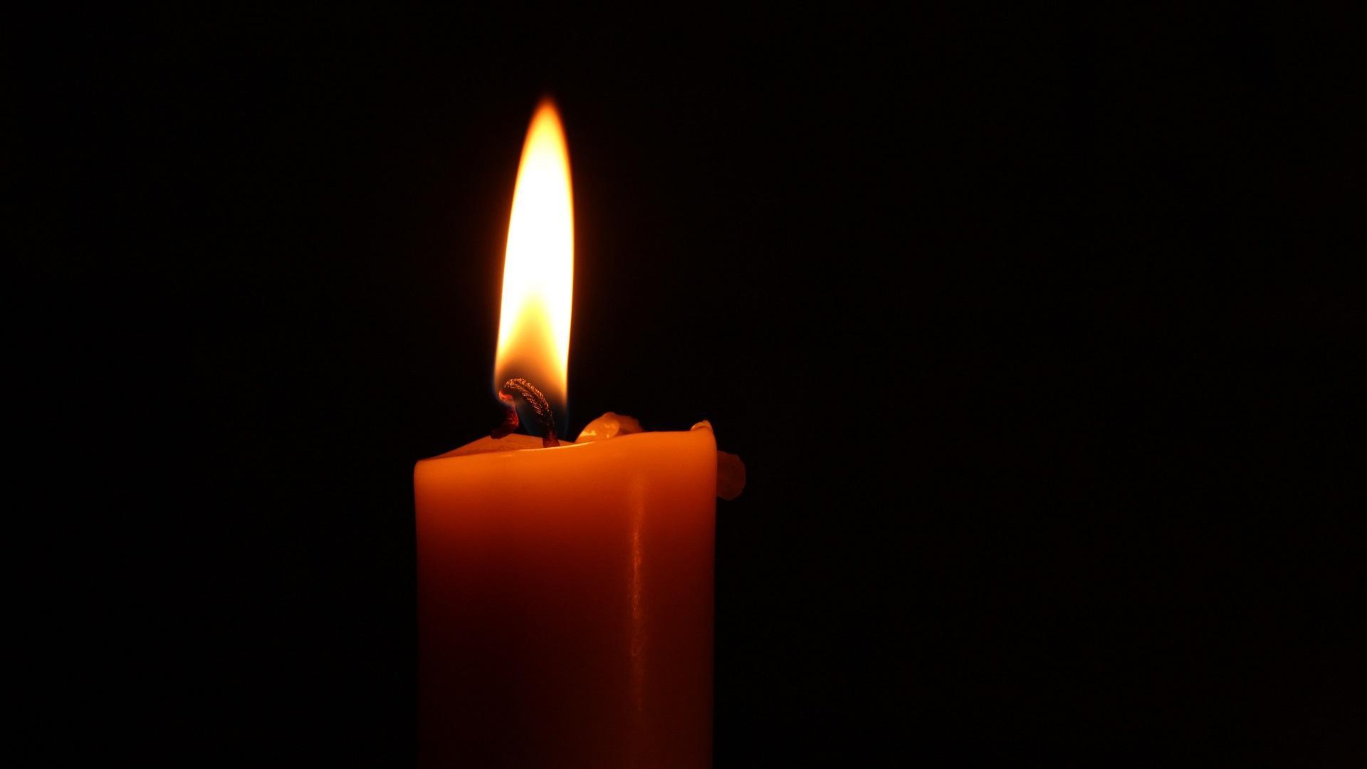 Die Flamme ist eines der wichtigsten Elemente beim Kerzen-Ritual und auf dieser liegt der Fokus während der Meditation.