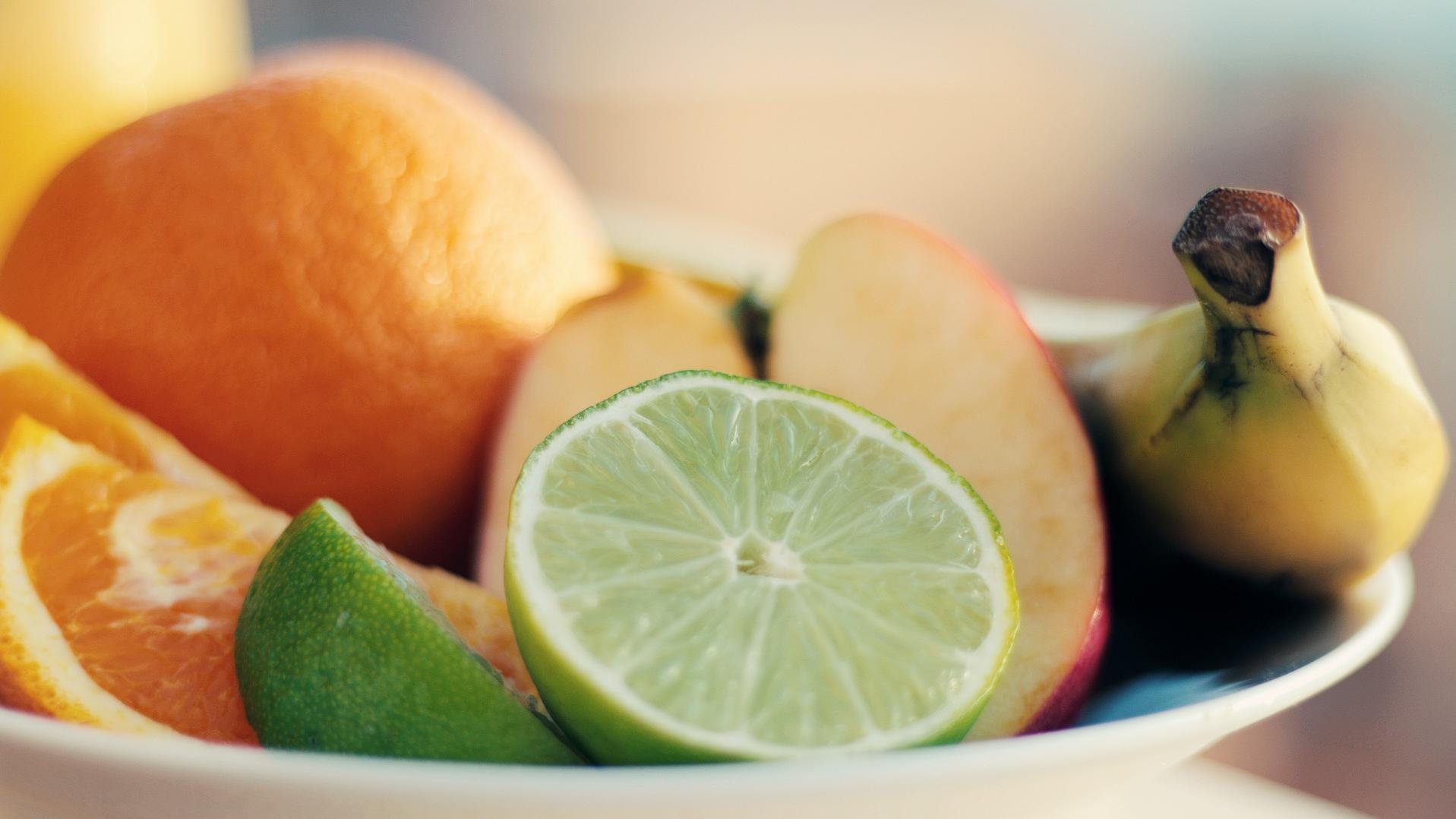 Limetten sollten Sie nicht neben nachreifenden Obstsorten wie Bananen lagern.