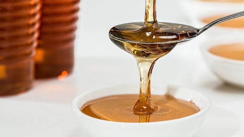 Honig ist ein wahrer Alleskönner im Dressing für Feldsalat. Er bindet die Soße und verleiht ihr zugleich eine süße Note.