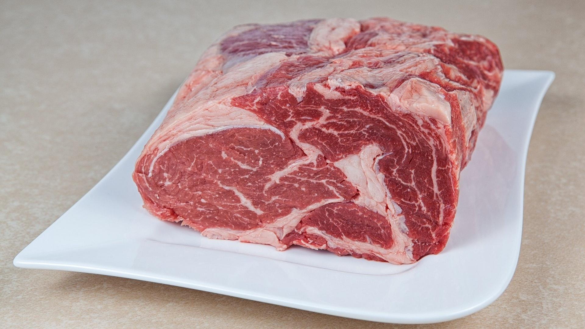 Lagern Sie Ihr Fleisch z.B. auf einem Teller mit Frischhaltefolie.