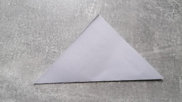 Falten Sie es zu einem Dreieck zusammen.