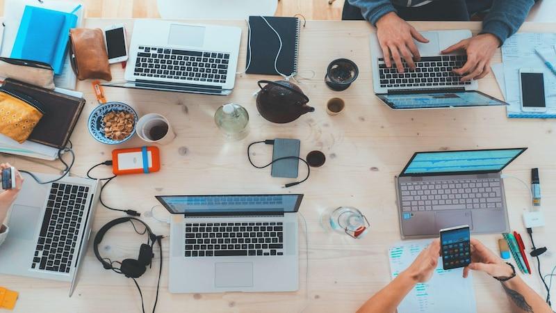DevOps verwirklichen Softwareentwicklung in Teamarbeit.