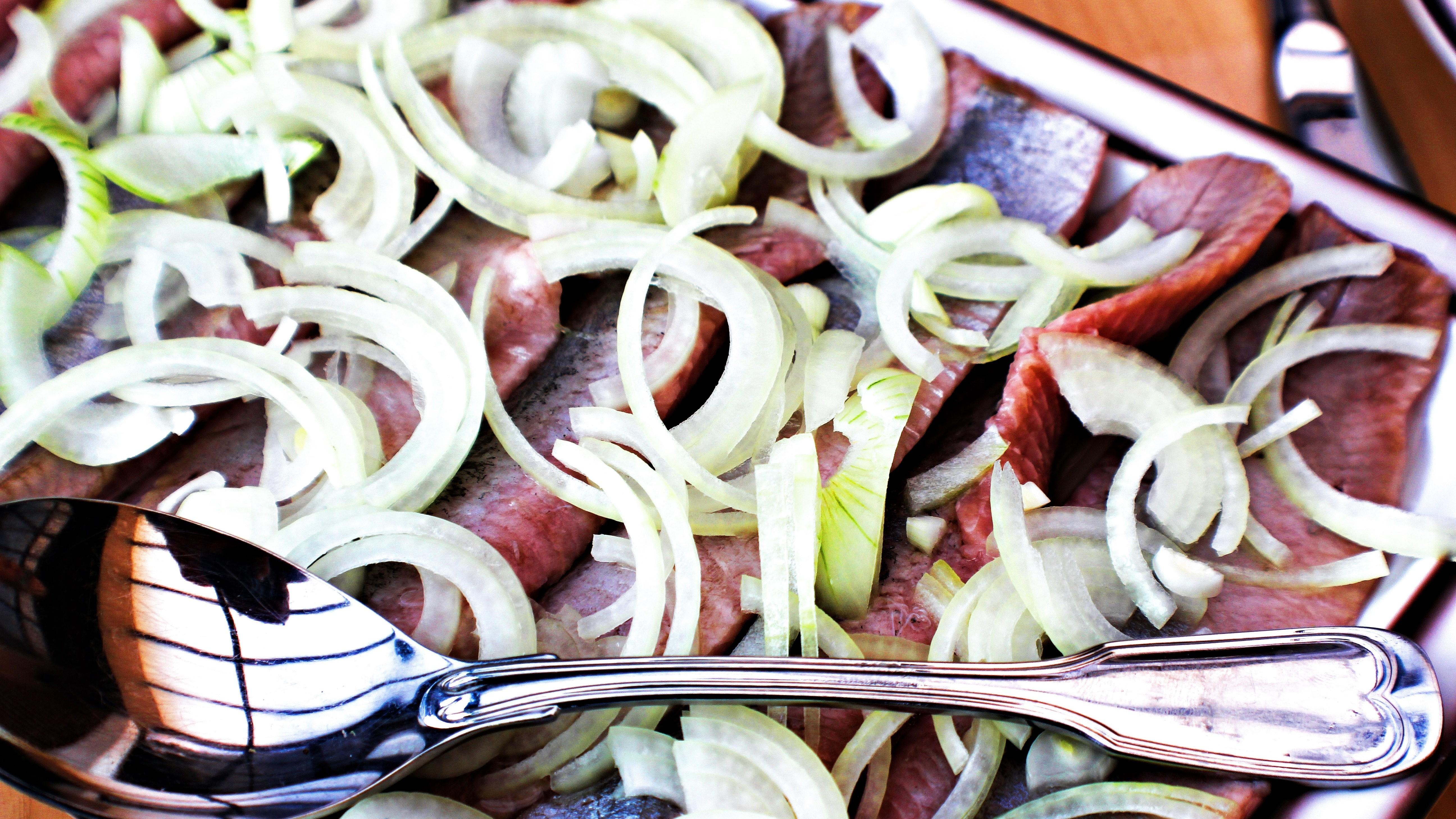 Surströmming essen die Schweden genauso wie andere Heringsfilets mit viel Zwiebel.