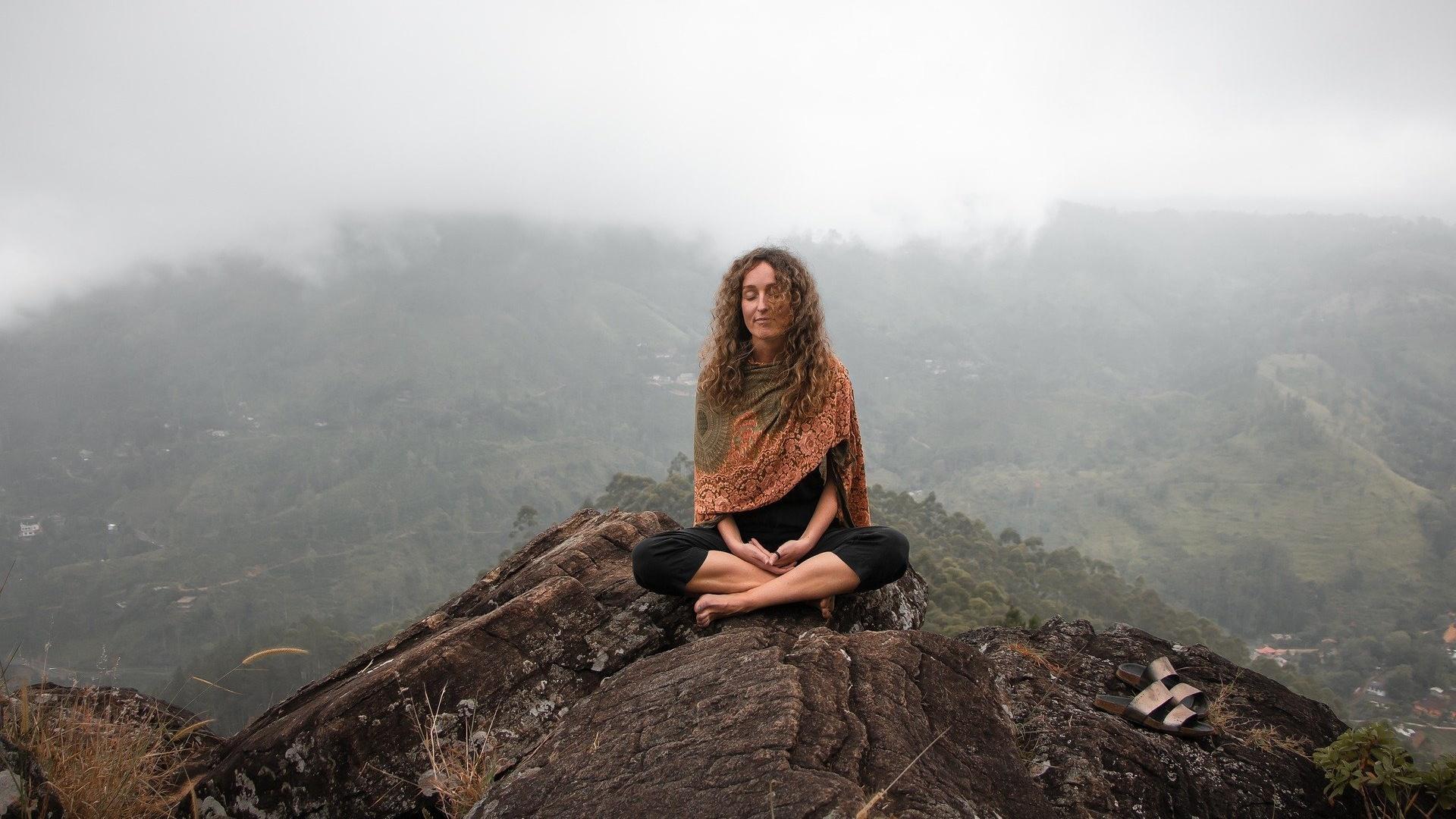 Viele Übungen verhelfen Ihnen dazu, sich selbst zu akzeptieren - von Meditation bis hin zum Tagebucheintrag.