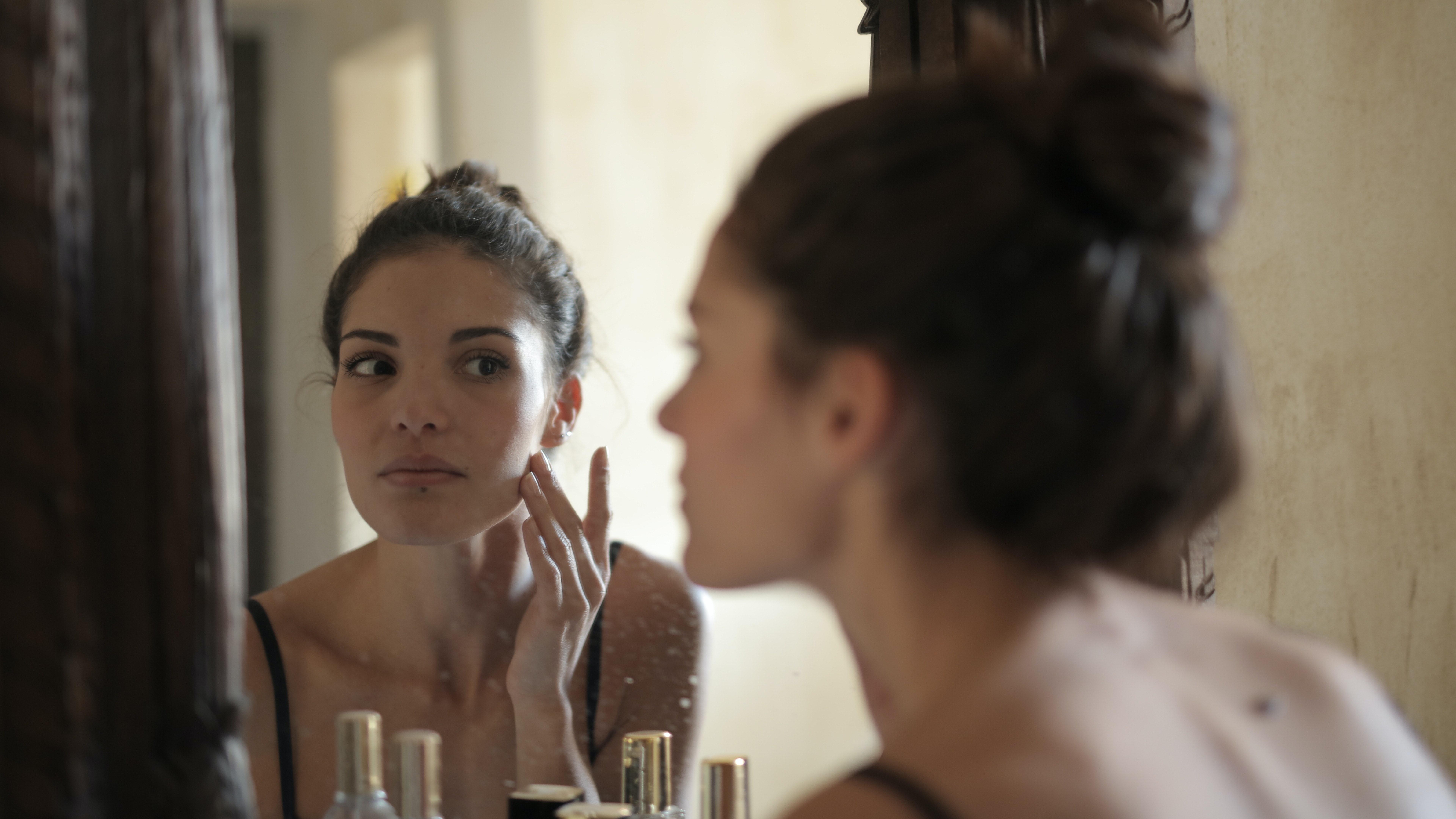 Weiße Mitesser mit einer guten Gesichtspflege bekämpfen