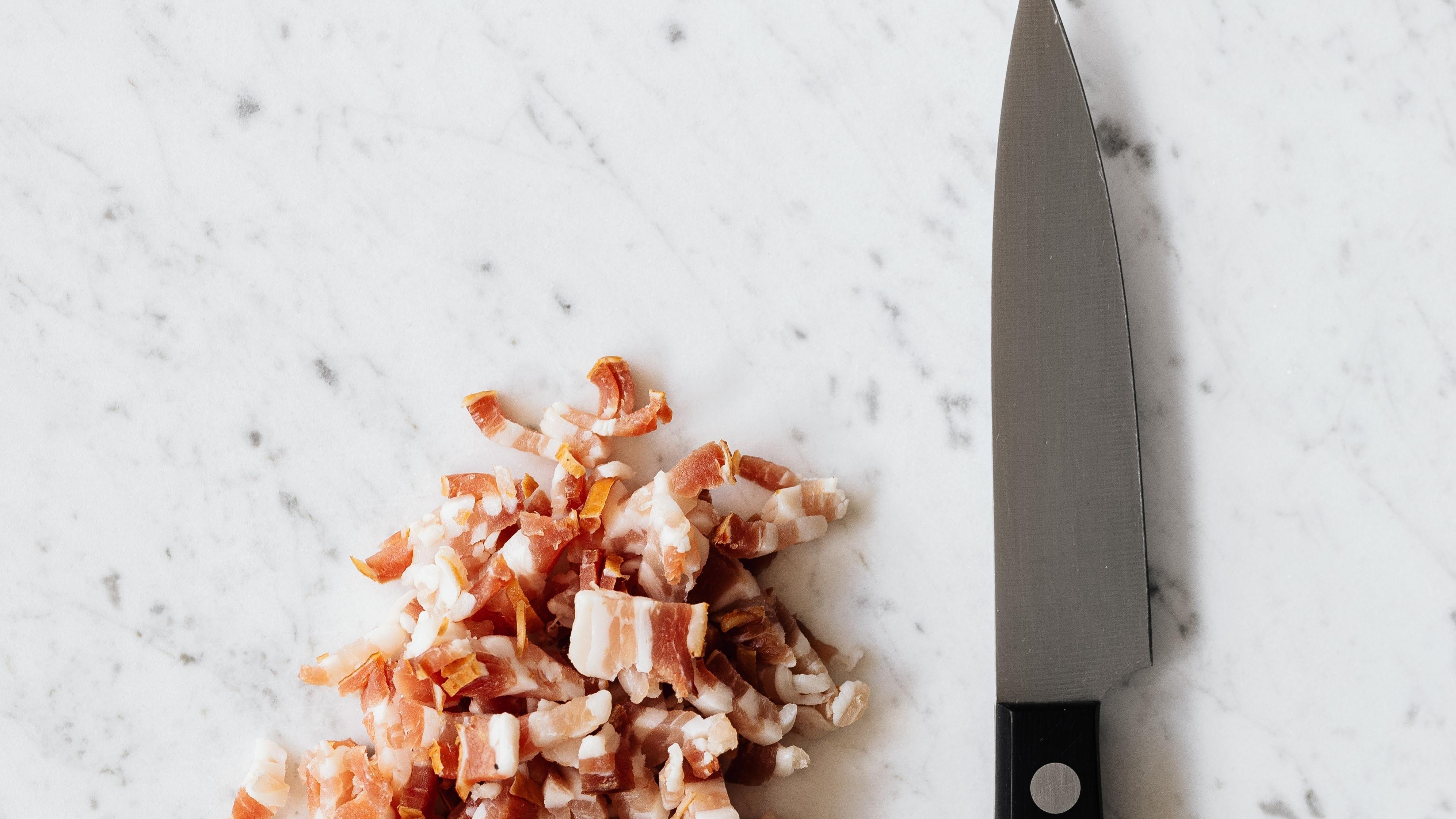 Die Speckwürfel für dieses Dressing können Sie bereits küchenfertig kaufen oder aus Bacon-Scheiben selbst schneiden.