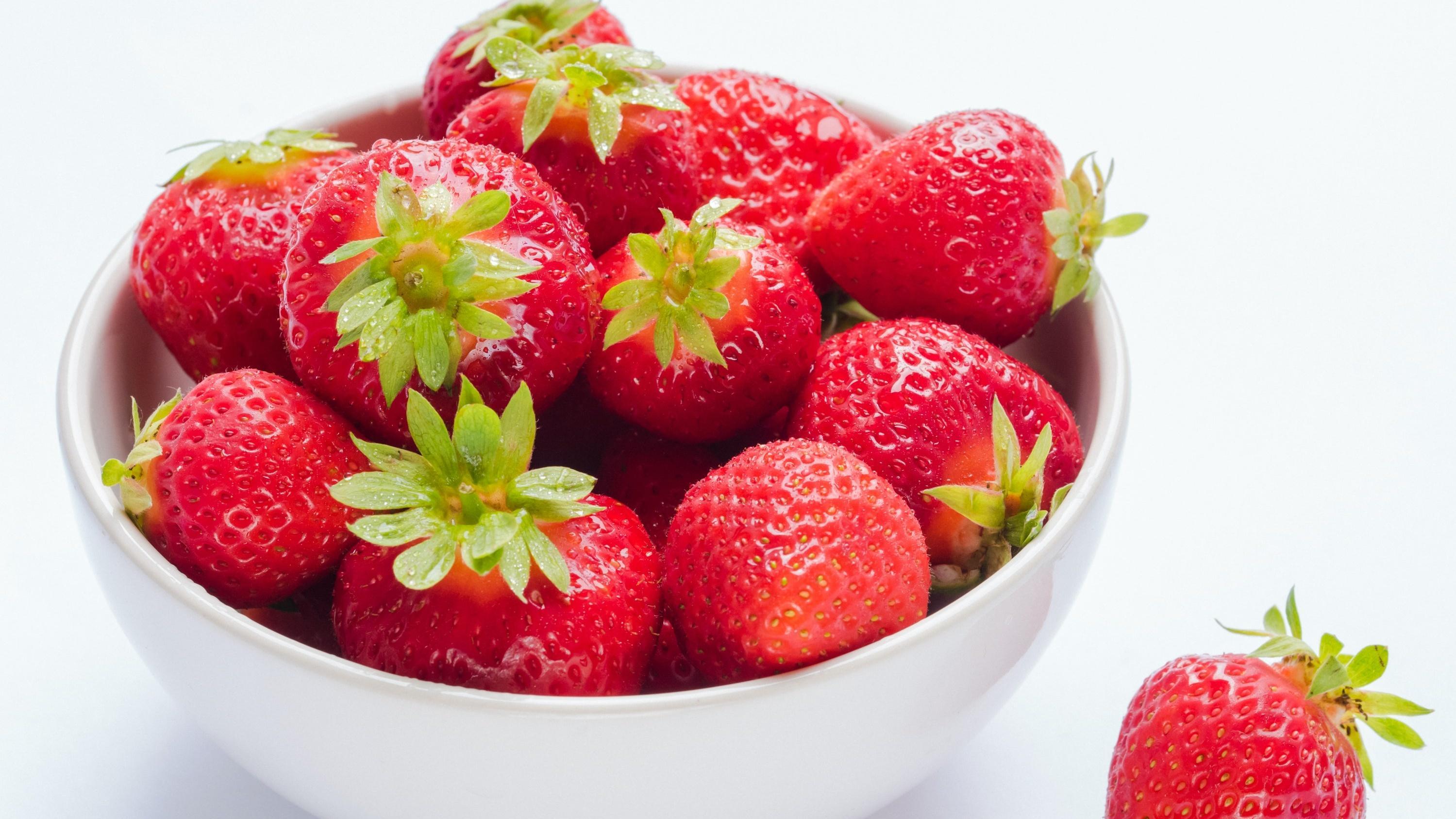 Fruchtig wird es, wenn Sie dem Dressing Erdbeeren in Form von Marmelade oder Püree hinzugeben.