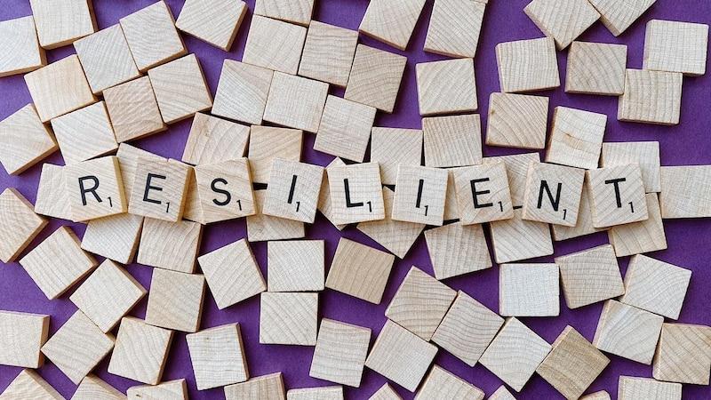 Die 7 Säulen der Resilienz geben Aufschluss darüber, welche Haltungen und Einstellungen sich positiv auf die Fähigkeit zur Problembewältigung und psychische Belastbarkeit eines Menschen auswirken.