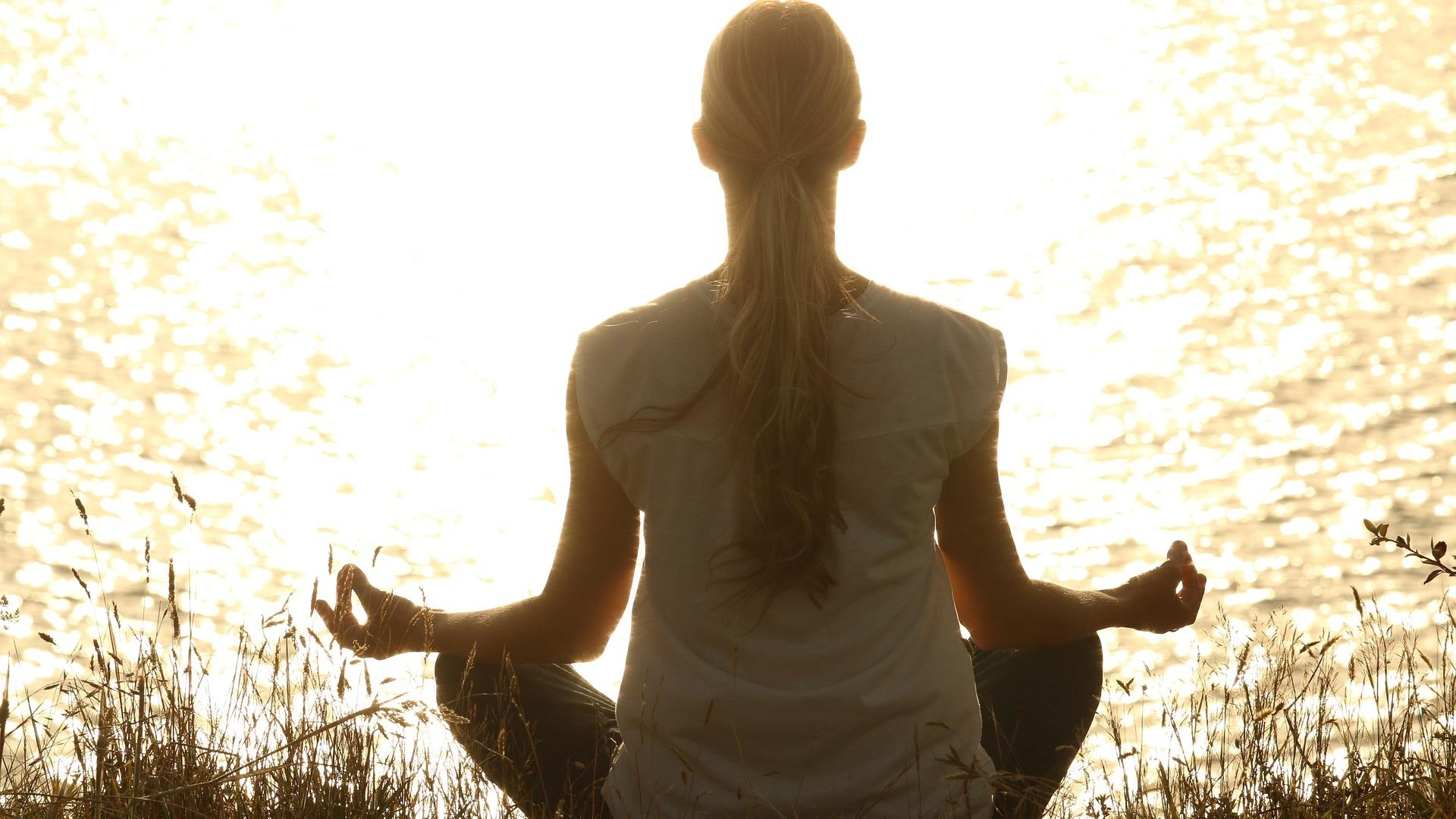Wie resilient Sie sind, ist abhängig von Ihrer inneren Einstellung. Haltungen wie Optimusmus, Selbstakzeptanz und Lösungsorientierung helfen Ihnen dabei, besser mit Krisen zurecht zu kommen.