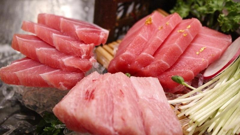 Schwangere, Kleinkinder und immungeschwächte Menschen sollten Thunfisch nicht roh essen.
