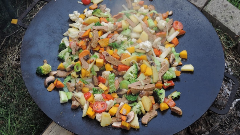Gemüse mit geschnetzeltem Fleisch? Nein, das sind Seitan-Stücke - das Weizeneiweißprodukt sieht Fleisch zum Verwechseln ähnlich.