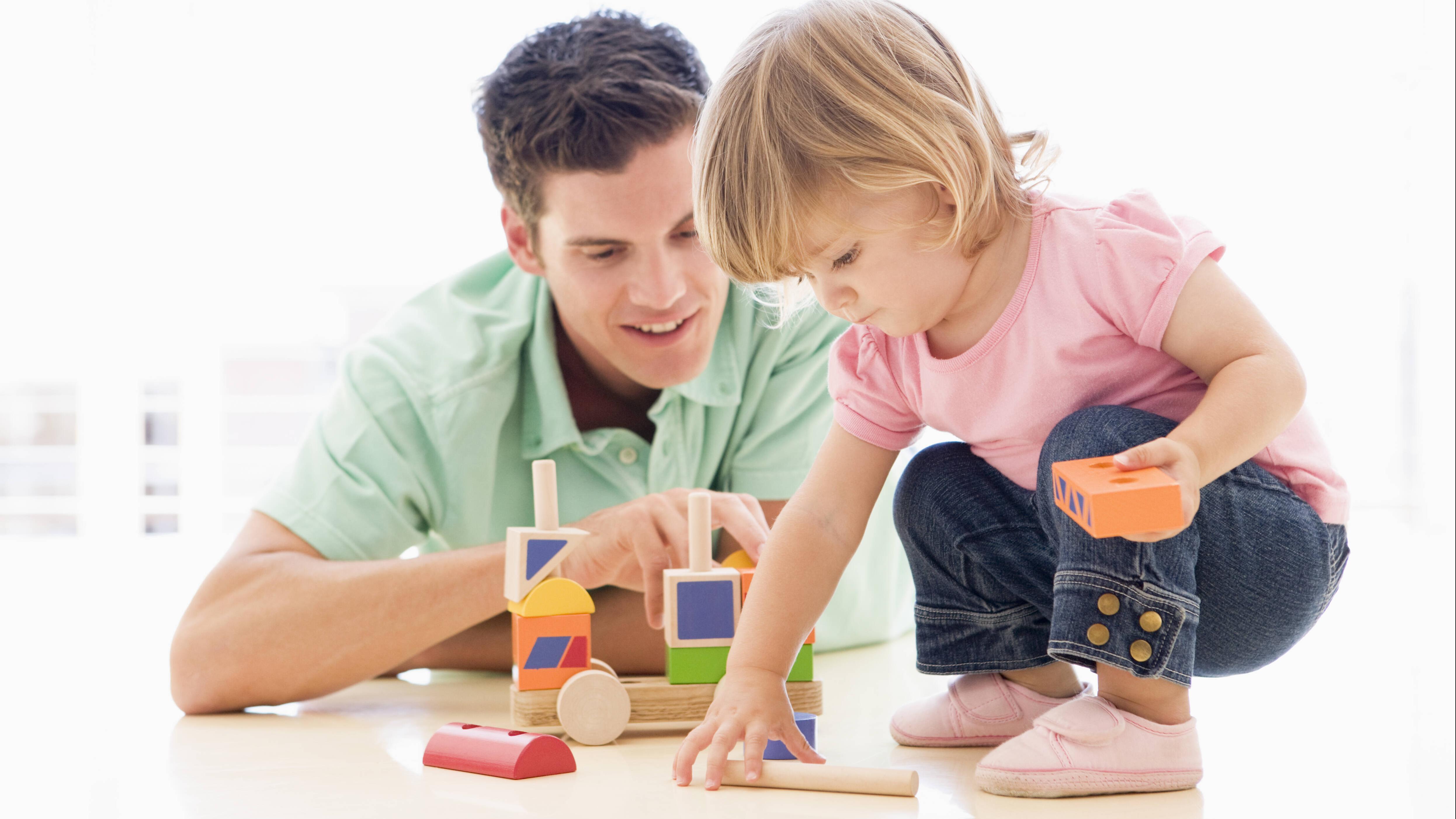 Mit Bauklötzen können Sie das Greifen bei Kindern ebenfalls fördern.