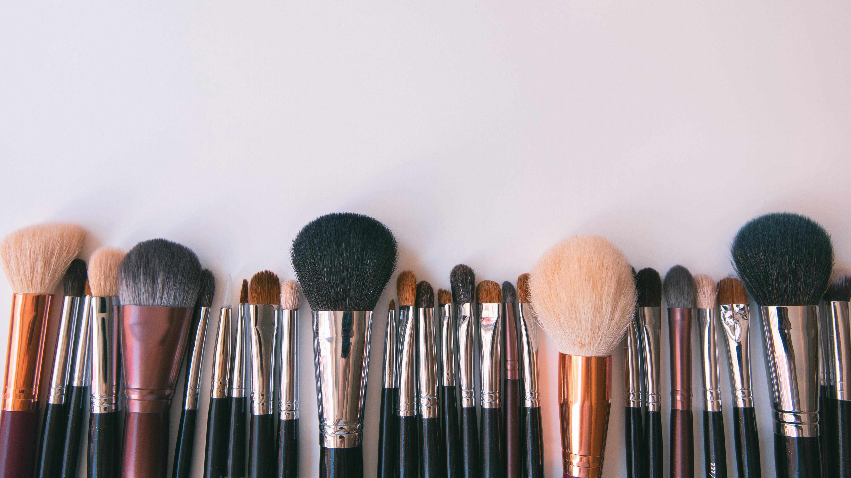 Beim Make-up unter der Maske gilt: Weniger ist mehr.