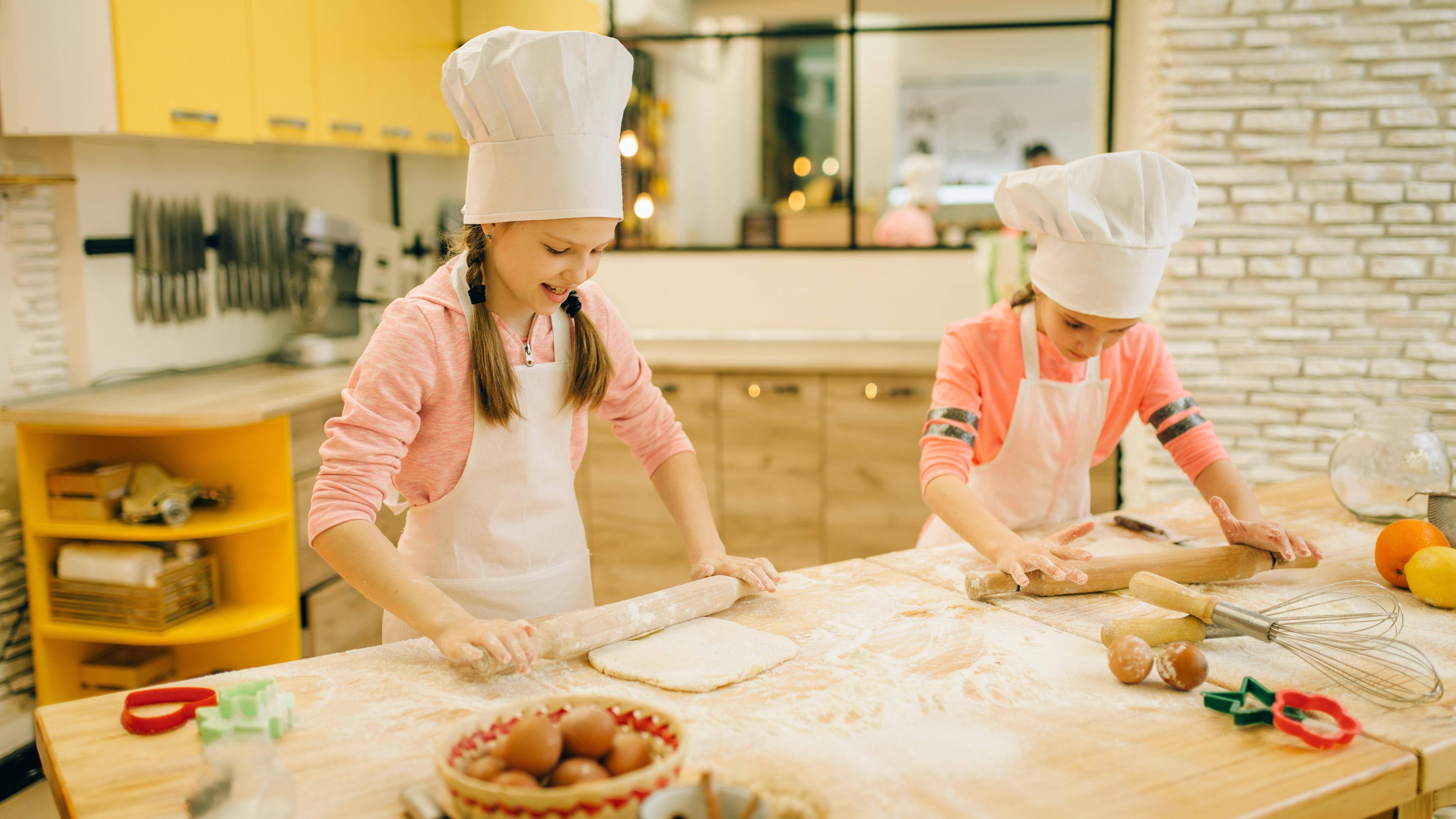 Kochen oder Backen Sie mit Ihren Kindern.