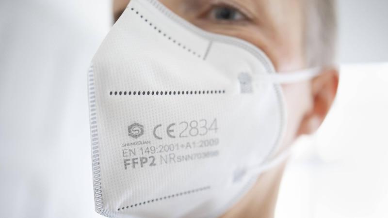 Die meisten FFP2 Masken lassen sich nicht reinigen, da sie als Einwegartikel hergestellt worden sind.