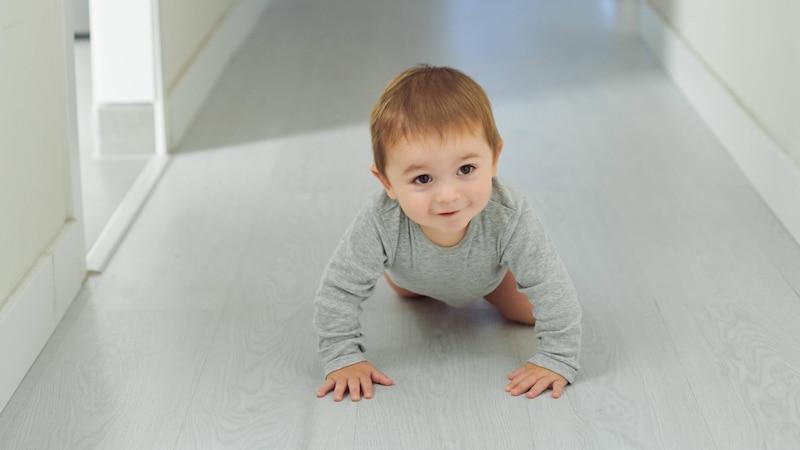 Baby krabbelt nicht - das können Sie tun