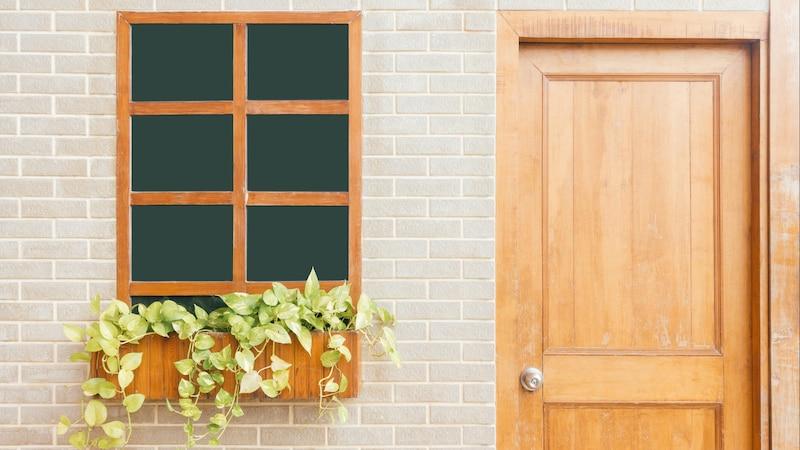 Tür lackieren: Kosten und Spartipps im Überblick
