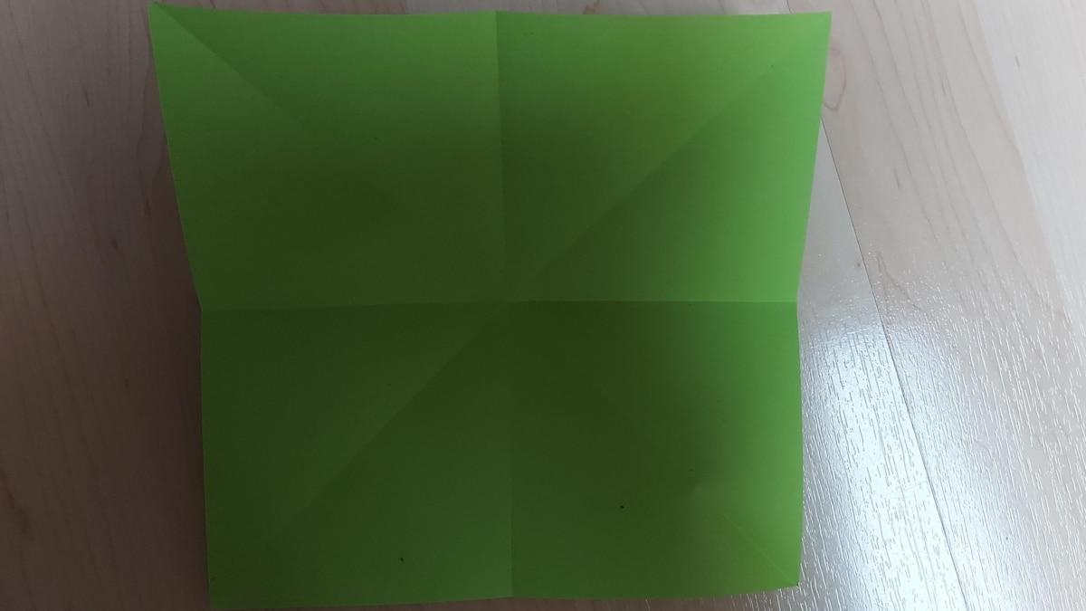 2. Danach wiederholen Sie denselben Vorgang mit den Papierhälften. Somit entstehen zwei weitere gerade Linien.