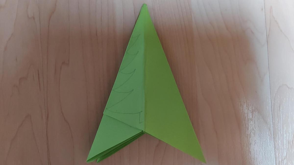 6. Anschließend zeichnen Sie mit Bleistift auf das kleinere Dreieck einen Baum.
