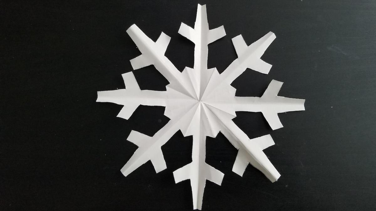 Je nach Schnittmuster entstehen unterschiedliche Schneeflocken.